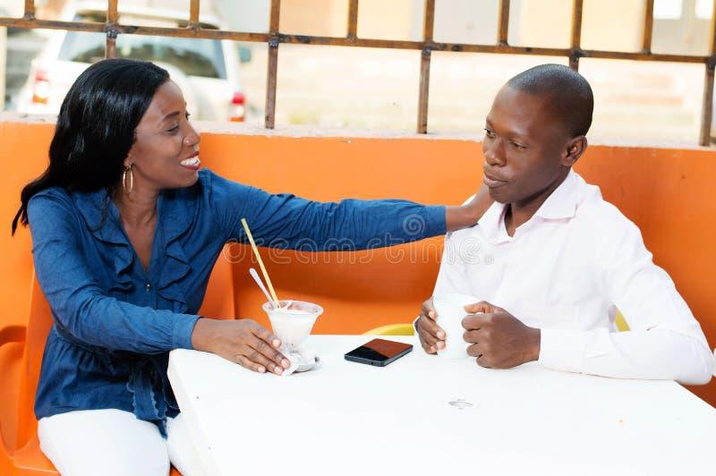Ζεύγος και συνεδρίαση στο εστιατόριο στοκ εικόνες