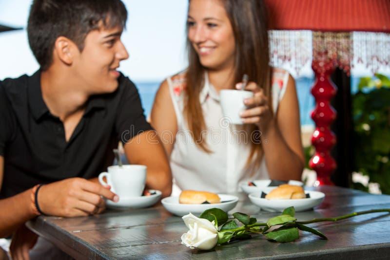 Ζεύγος κατά τη ρομαντική ημερομηνία καφέ. στοκ φωτογραφία