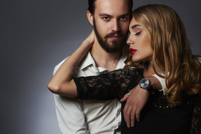 ζεύγος καλό Η όμορφη γυναίκα αγγίζει τον άνδρα κορίτσι και αγόρι ομορφιάς από κοινού στοκ φωτογραφίες με δικαίωμα ελεύθερης χρήσης