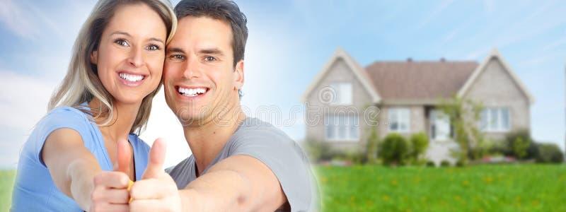 Ζεύγος κοντά στο καινούργιο σπίτι στοκ φωτογραφία με δικαίωμα ελεύθερης χρήσης