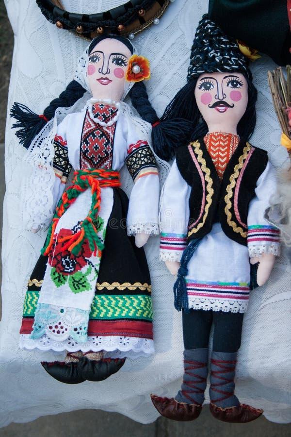 Ζεύγος κουκλών στα παραδοσιακά μολδαβικά ενδύματα στοκ φωτογραφίες