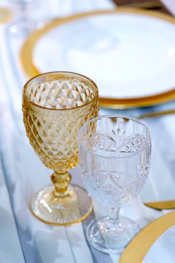 Ζεύγος κρασιά και πλάκες σε λευκό φόντο, από κοντά Τραπέζι εστιατορίου στοκ φωτογραφία με δικαίωμα ελεύθερης χρήσης