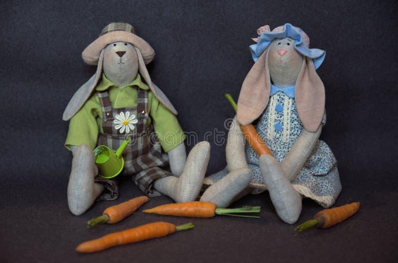 Ζεύγος λαγουδάκι Tilda με μικρά καρότα Ζεύγος λαγουδάκι Tilda στοκ εικόνες