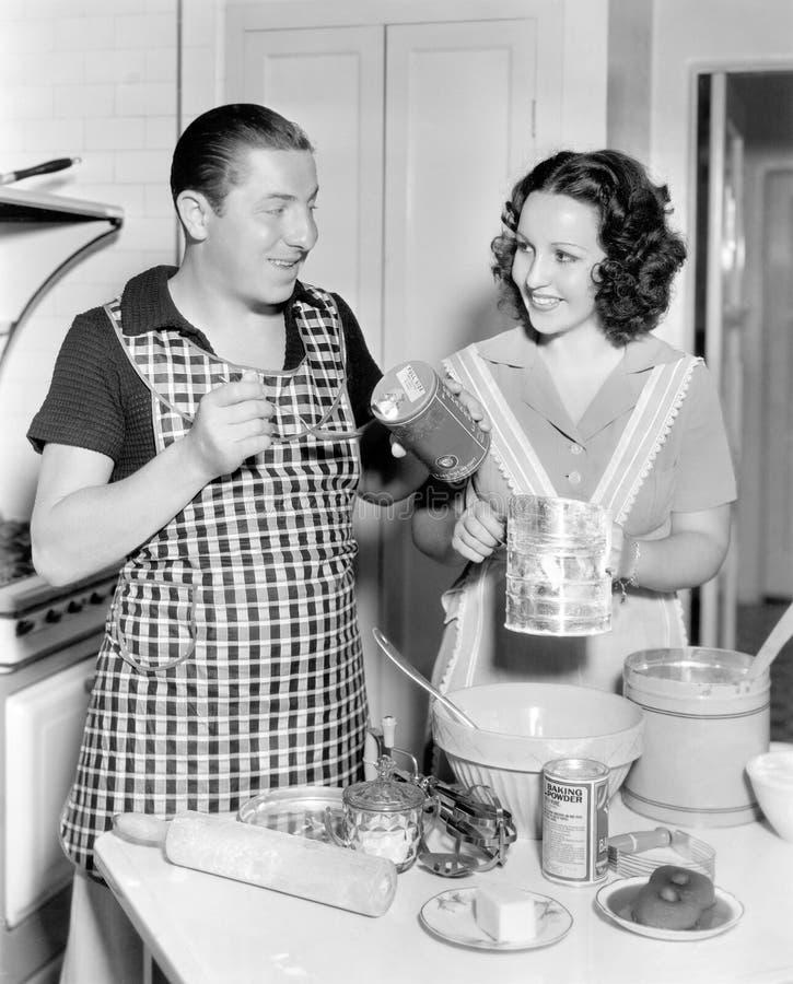 Ζεύγος μαζί στην κουζίνα που ψήνει ένα κέικ (όλα τα πρόσωπα που απεικονίζονται δεν ζουν περισσότερο και κανένα κτήμα δεν υπάρχει  στοκ φωτογραφίες
