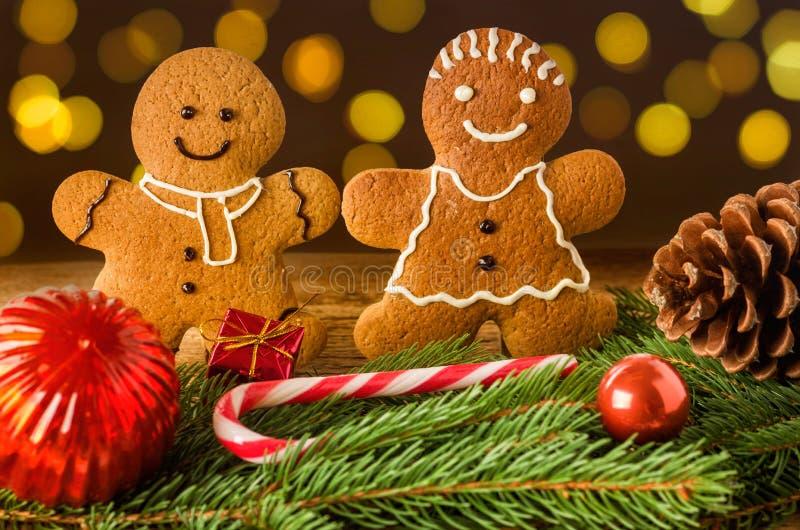 Ζεύγος μελοψωμάτων με τις διακοσμήσεις Χριστουγέννων στοκ φωτογραφία με δικαίωμα ελεύθερης χρήσης