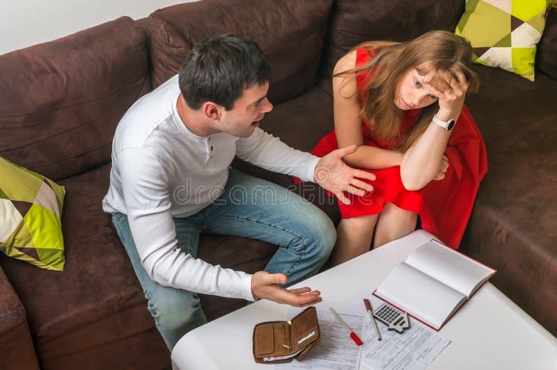 Ζεύγος με πολλούς χρέη και λογαριασμούς - έννοια οικογενειακών προϋπολογισμών στοκ εικόνες