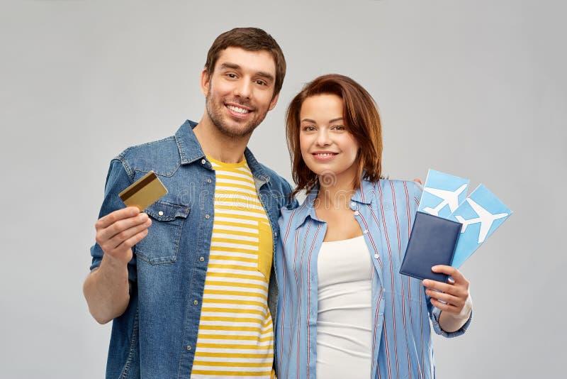 Ζεύγος με τα αεροπορικά εισιτήρια, το διαβατήριο και την πιστωτική κάρτα στοκ εικόνες με δικαίωμα ελεύθερης χρήσης