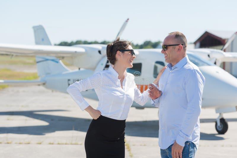 Ζεύγος με τα γυαλιά ηλίου έξω από το αεροπλάνο στοκ φωτογραφία με δικαίωμα ελεύθερης χρήσης