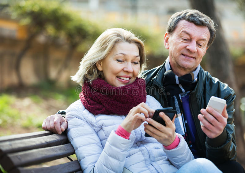 Ζεύγος με τα κινητά τηλέφωνα στοκ φωτογραφία με δικαίωμα ελεύθερης χρήσης