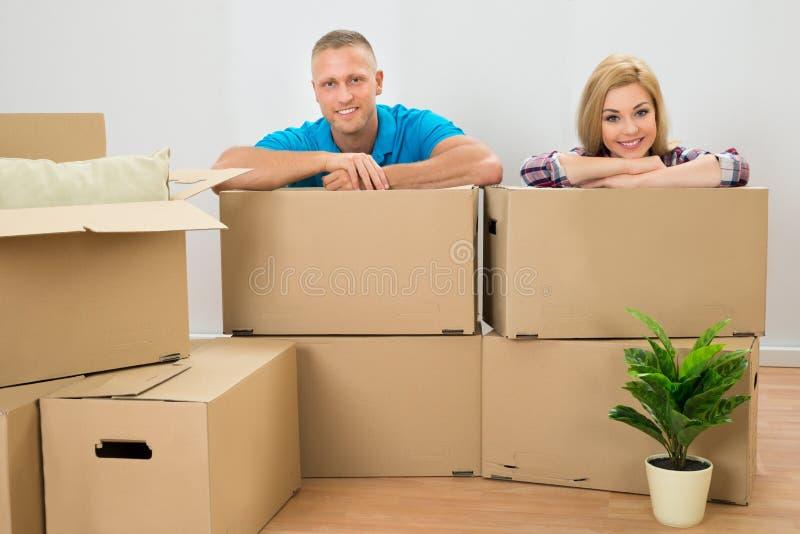 Ζεύγος με τα κουτιά από χαρτόνι στοκ εικόνα
