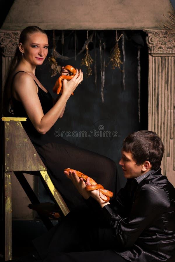 Ζεύγος με τα φίδια στοκ εικόνα με δικαίωμα ελεύθερης χρήσης