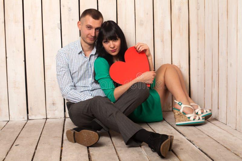 Ζεύγος με την κόκκινη καρδιά στοκ φωτογραφίες με δικαίωμα ελεύθερης χρήσης