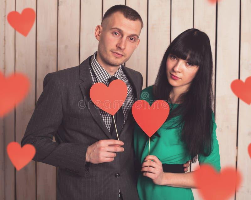 Ζεύγος με την κόκκινη καρδιά στοκ εικόνα με δικαίωμα ελεύθερης χρήσης