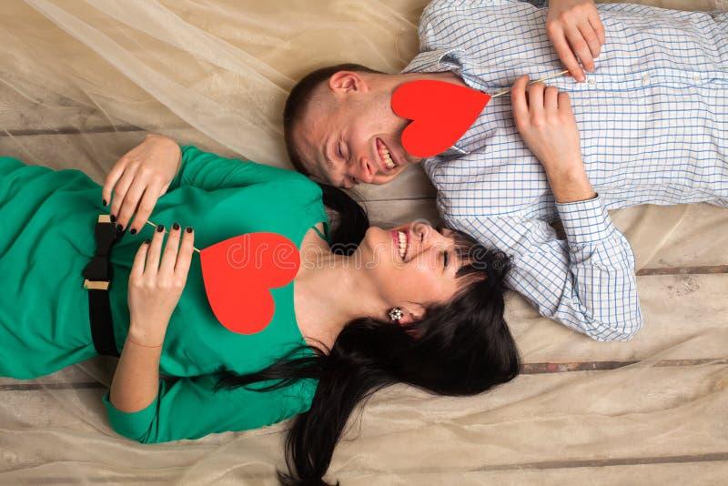 Ζεύγος με την κόκκινη καρδιά στοκ φωτογραφία