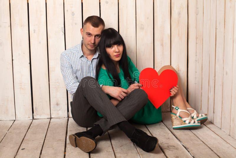 Ζεύγος με την κόκκινη καρδιά στοκ φωτογραφία με δικαίωμα ελεύθερης χρήσης