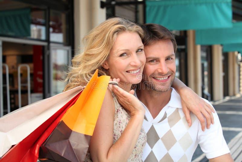 Ζεύγος με τις τσάντες αγορών στοκ εικόνες