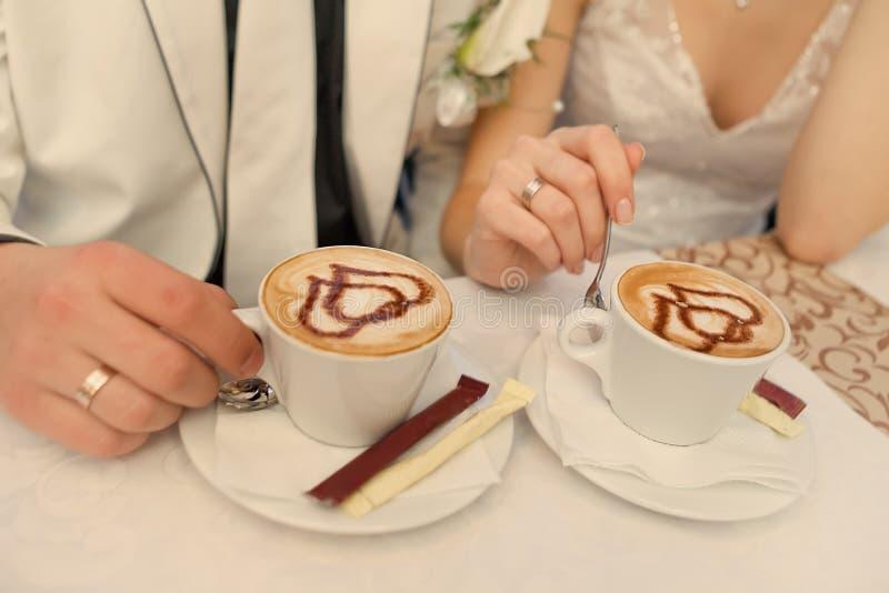 Ζεύγος με τον καφέ στοκ φωτογραφία με δικαίωμα ελεύθερης χρήσης