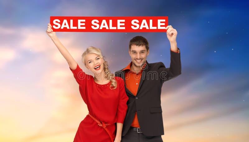 Ζεύγος με το κόκκινο σημάδι πώλησης στοκ φωτογραφία με δικαίωμα ελεύθερης χρήσης