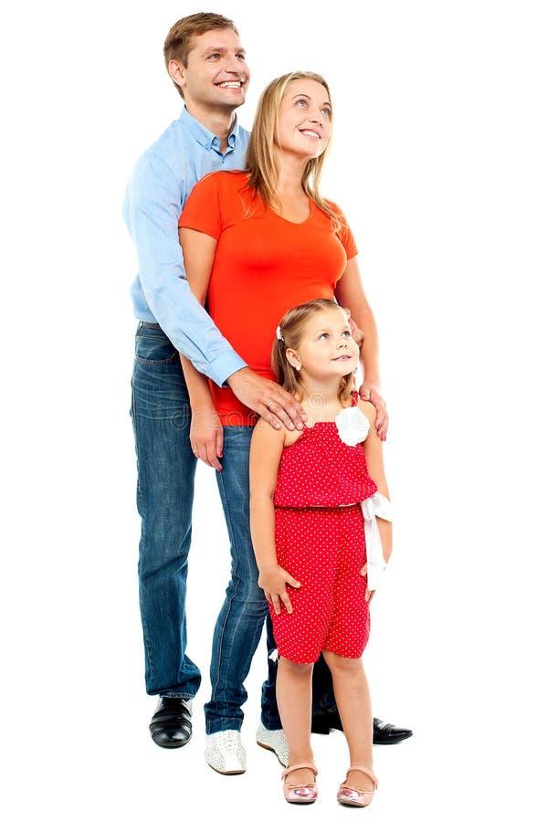 Ζεύγος με το παιδί κοριτσιών τους που φαίνεται ανοδικό στοκ φωτογραφία