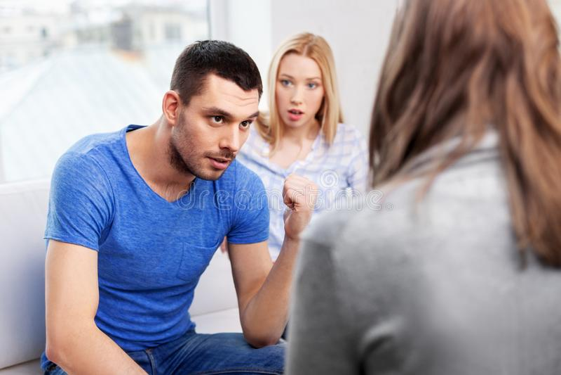 Ζεύγος με το πρόβλημα στο γραφείο οικογενειακών ψυχολόγων στοκ φωτογραφία με δικαίωμα ελεύθερης χρήσης