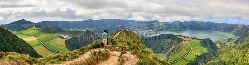 Ζεύγος μπροστά από τον κρατήρα Sete Cidades στο Σάο Miguel, Αζόρες στοκ εικόνα με δικαίωμα ελεύθερης χρήσης