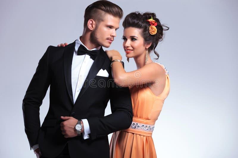 Ζεύγος μόδας με τη γυναίκα πίσω από τον άνδρα στοκ φωτογραφία