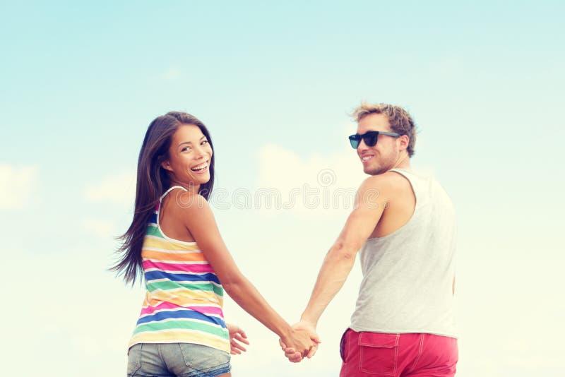 Ζεύγος παραλιών που έχει τις ρομαντικές διακοπές διακοπών διασκέδασης στοκ εικόνα