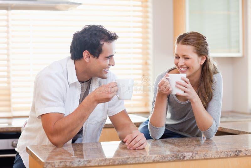 Ζεύγος που έχει κάποιο καφέ στην κουζίνα στοκ εικόνες με δικαίωμα ελεύθερης χρήσης