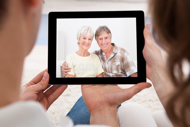 Ζεύγος που έχει την τηλεδιάσκεψη στοκ εικόνες με δικαίωμα ελεύθερης χρήσης