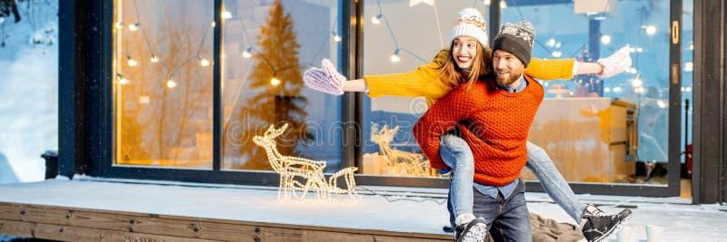 Ζεύγος που έχει τη διασκέδαση κοντά στο σπίτι κατά τη διάρκεια των χειμερινών διακοπών στοκ εικόνα με δικαίωμα ελεύθερης χρήσης