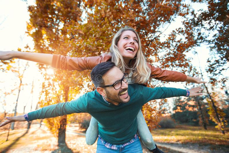 Ζεύγος που έχει τον άνδρα διασκέδασης που δίνει piggyback στη γυναίκα στοκ φωτογραφία με δικαίωμα ελεύθερης χρήσης
