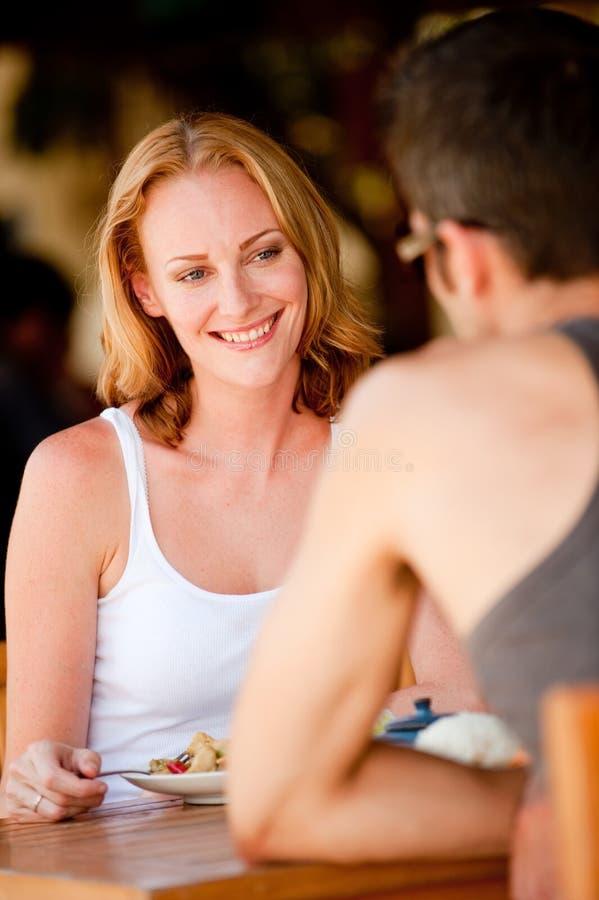 Ζεύγος που έχει το μεσημεριανό γεύμα στοκ φωτογραφία με δικαίωμα ελεύθερης χρήσης