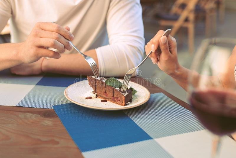 Ζεύγος που έχει το ρομαντικό γεύμα και που δοκιμάζει το επιδόρπιο σοκολάτας στοκ φωτογραφία με δικαίωμα ελεύθερης χρήσης