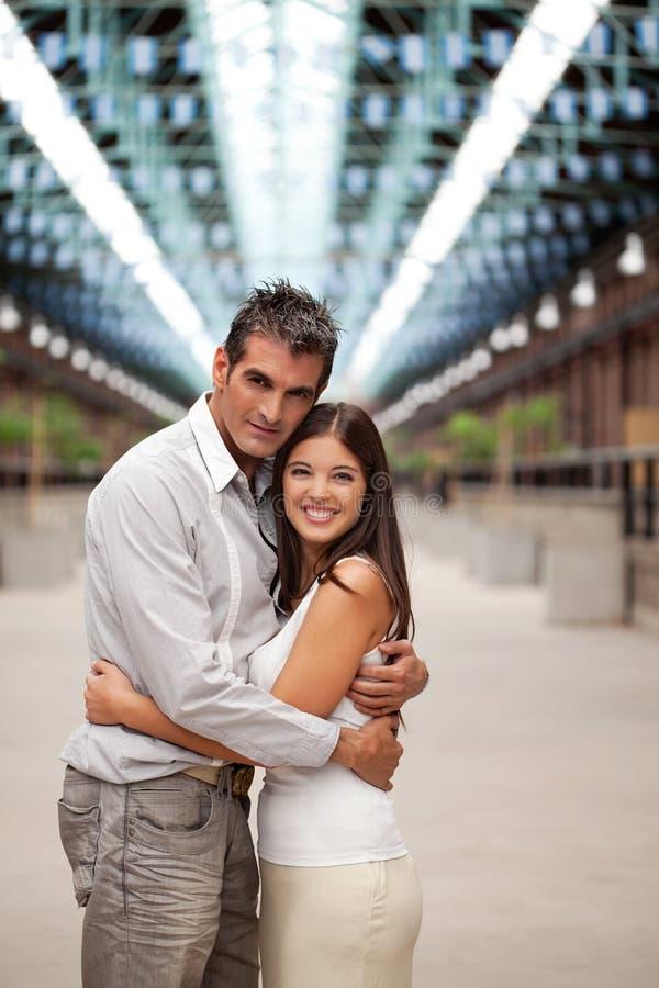 Ζεύγος που αγκαλιάζει μεταξύ τους στοκ φωτογραφία με δικαίωμα ελεύθερης χρήσης