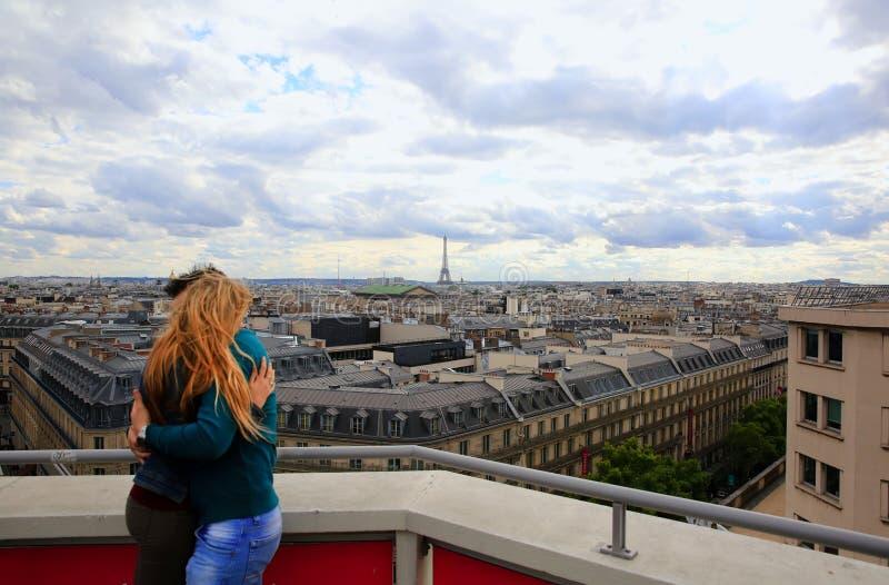 Ζεύγος που αγκαλιάζει στο υπόβαθρο Παρίσι στοκ εικόνες