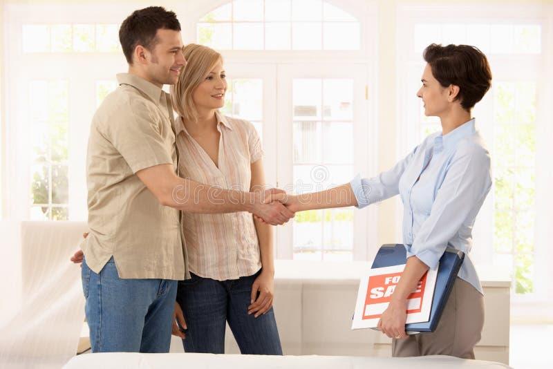 Ζεύγος που αγοράζει το νέο σπίτι στοκ εικόνες