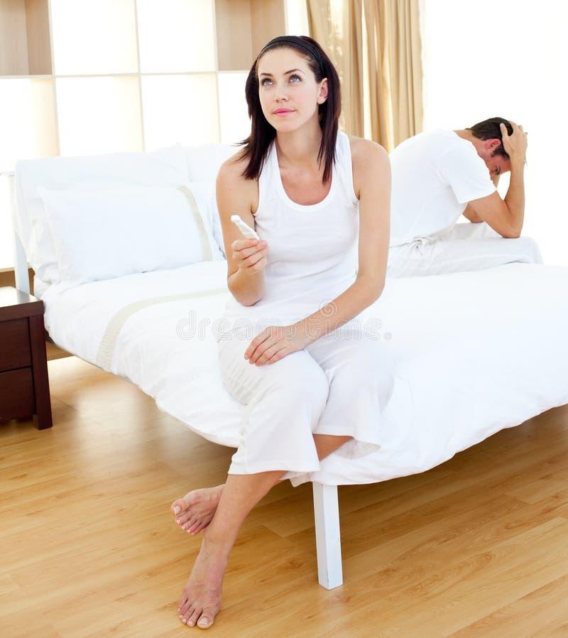 Ζεύγος που ανακαλύπτει τα αποτελέσματα μιας δοκιμής εγκυμοσύνης στοκ φωτογραφία με δικαίωμα ελεύθερης χρήσης