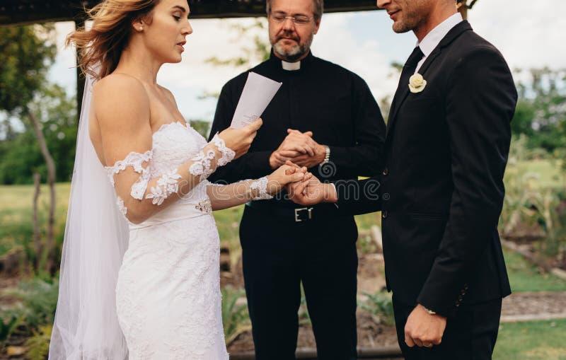 Ζεύγος που ανταλλάσσει τους όρκους στη γαμήλια τελετή στοκ φωτογραφία με δικαίωμα ελεύθερης χρήσης