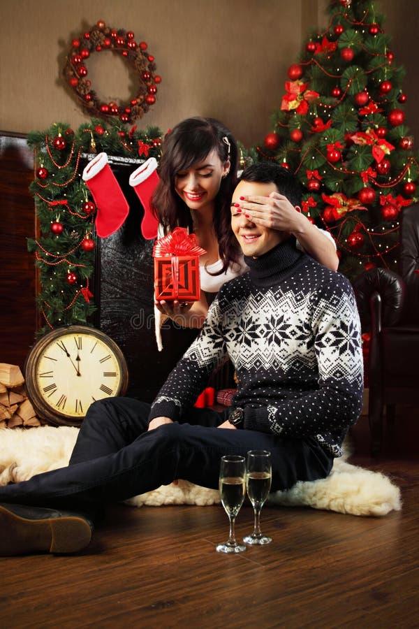 Ζεύγος που ανταλλάσσει τα δώρα στα Χριστούγεννα στοκ εικόνες