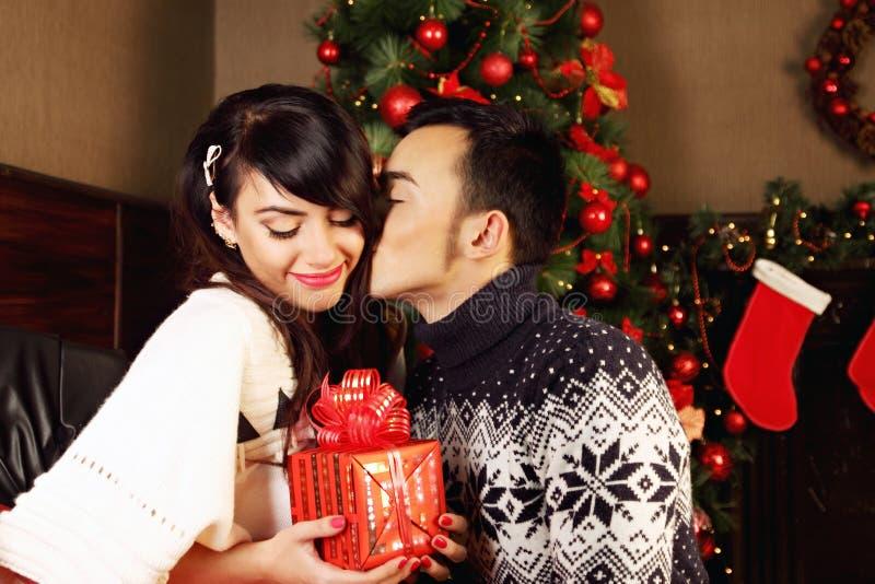Ζεύγος που ανταλλάσσει τα δώρα στα Χριστούγεννα στοκ εικόνα