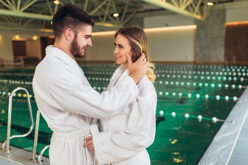Ζεύγος που απολαμβάνει τις επεξεργασίες και που χαλαρώνει wellness spa στο κέντρο στοκ εικόνες με δικαίωμα ελεύθερης χρήσης