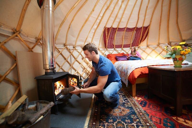 Ζεύγος που απολαμβάνει τις διακοπές στρατοπέδευσης πολυτέλειας σε Yurt στοκ εικόνα με δικαίωμα ελεύθερης χρήσης