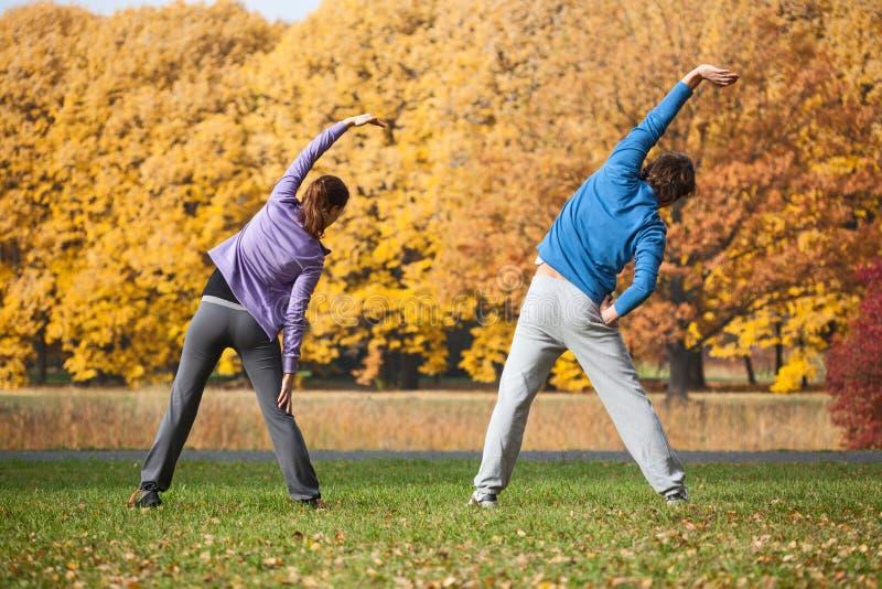 Ζεύγος που ασκεί στο πάρκο το φθινόπωρο στοκ φωτογραφίες με δικαίωμα ελεύθερης χρήσης