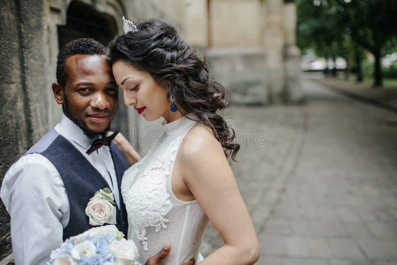 Ζεύγος που γιορτάζει τη ημέρα γάμου τους στοκ φωτογραφίες με δικαίωμα ελεύθερης χρήσης