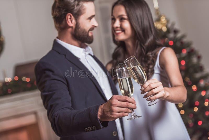 Ζεύγος που γιορτάζει το νέο έτος στοκ φωτογραφία