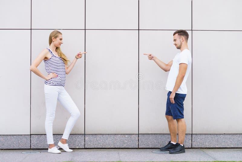 Ζεύγος που δείχνει τα δάχτυλα το ένα στο άλλο στοκ φωτογραφία με δικαίωμα ελεύθερης χρήσης