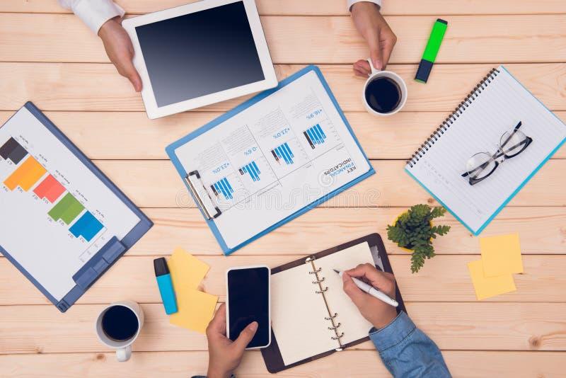 Ζεύγος που διοργανώνει μια συνεδρίαση σε ένα επιχειρησιακό γραφείο Επιχειρηματίες workin στοκ εικόνα