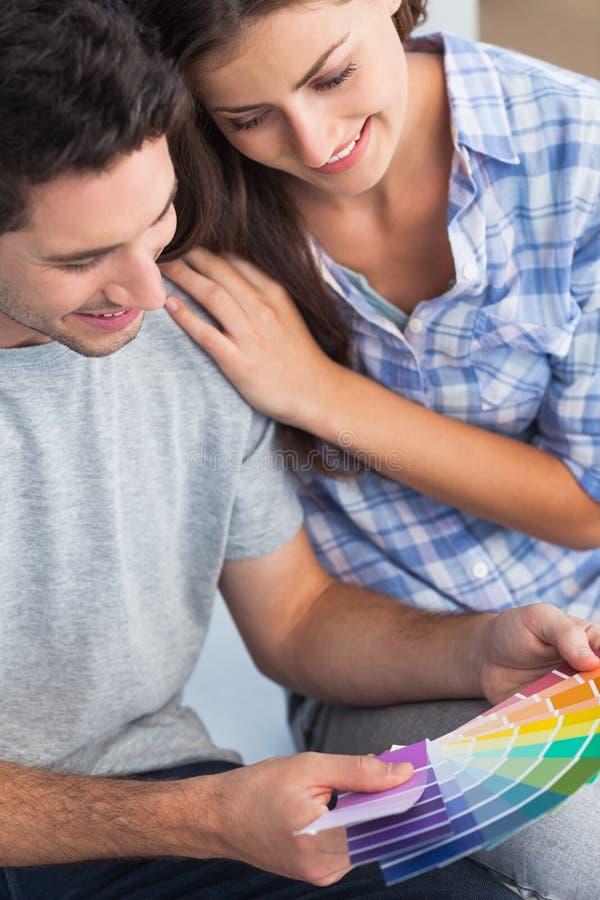 Ζεύγος που εξετάζει τα δείγματα χρώματος για να διακοσμήσει το σπίτι τους στοκ φωτογραφίες με δικαίωμα ελεύθερης χρήσης