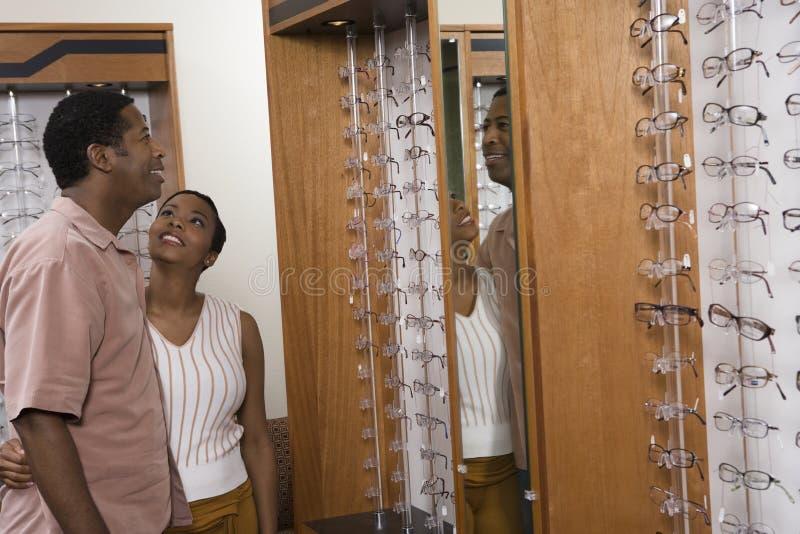 Ζεύγος που επιλέγει Eyeglasses στοκ εικόνα με δικαίωμα ελεύθερης χρήσης