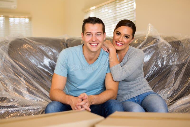 Ζεύγος που κάθεται το νέο καναπέ στοκ εικόνες με δικαίωμα ελεύθερης χρήσης
